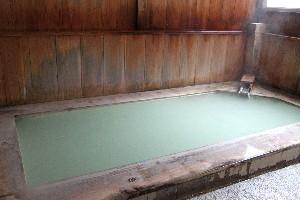 緑がかった宝の湯