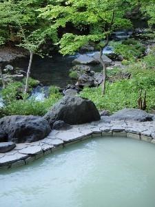 人気の渓流露天風呂