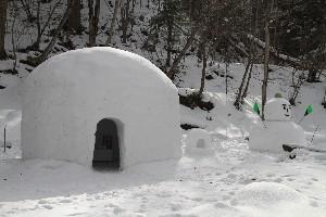 かまくらと雪だるま