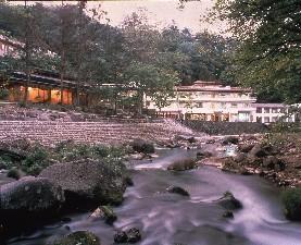 渓流沿いの旅館秘湯の宿元泉館