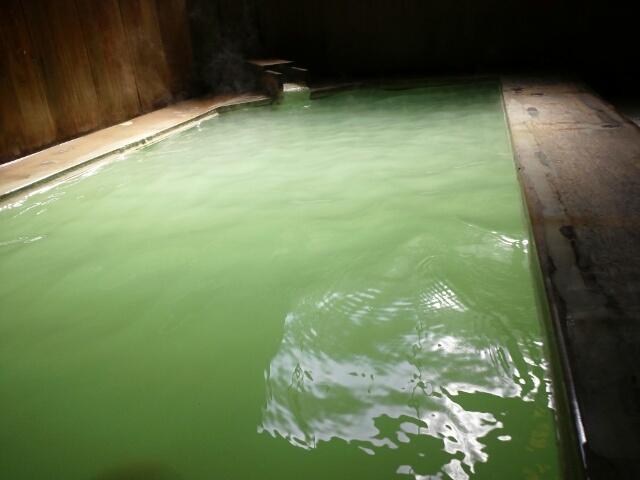 グリーン緑色温泉の色